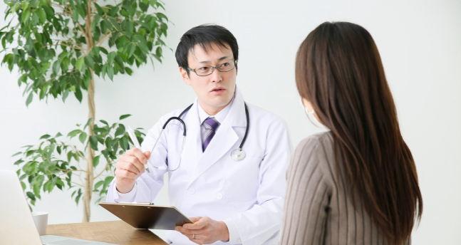 解説する医者